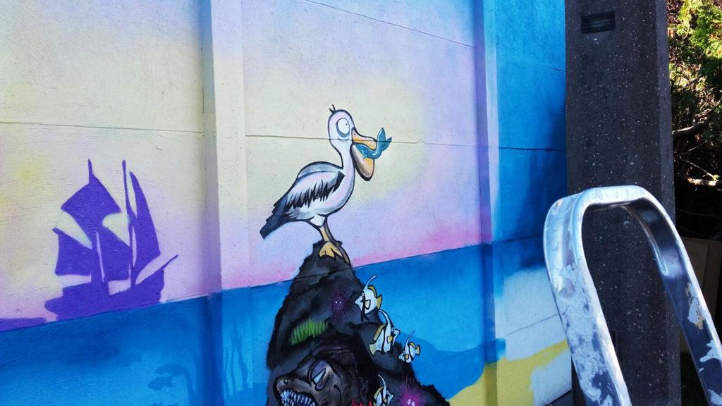 Herr Pelikan mit Fisch im Schnabel
