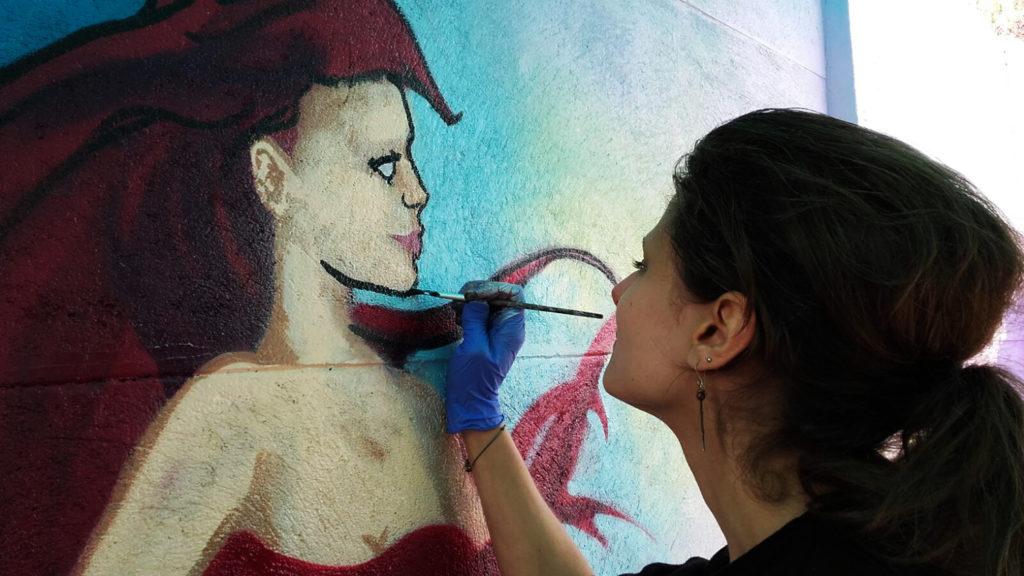 Verena malt mit Pinsel Ariell
