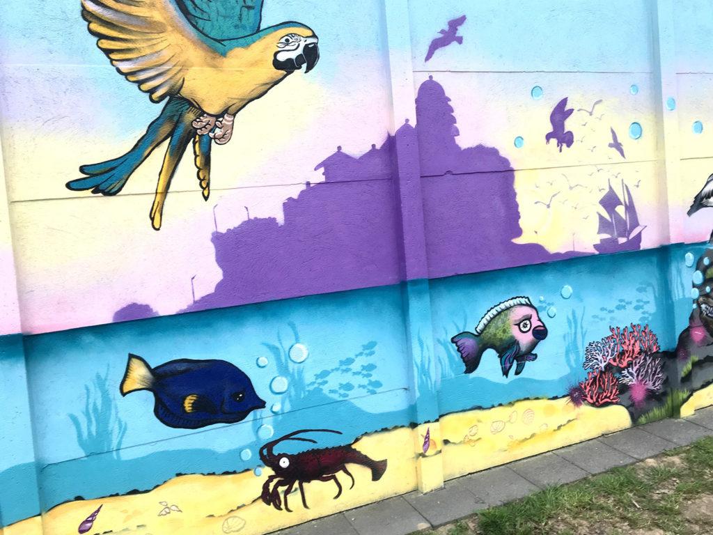 bunter Papagei Streetart mit Silhouette des Tempel Tanah Lot